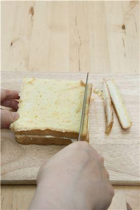 6. 식빵의 가장자리를 잘라내고 먹기 좋은 크기로 자른 뒤 슈거파우더를 뿌리고, 키위를 곁들인다.
