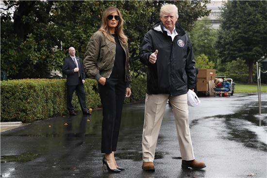 29일(현지시간) 미 텍사스를 방문하기 위해 백악관을 나서는 멜라니아 여사와 트럼프 대통령