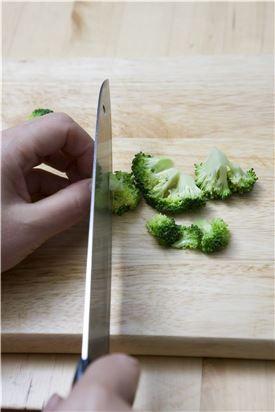 2. 브로콜리는 끓는 물에 데쳐 물기를 빼고 송이송이 먹기 좋게 뗀다.