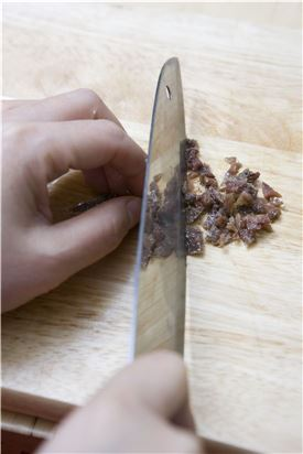 3. 안초비는 곱게 다져 볼에 담고 삶은 감자와 함께 버무린다.