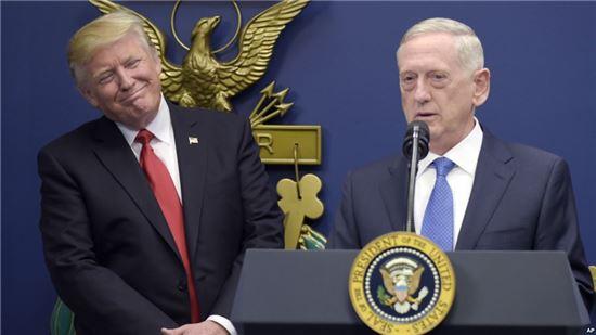 도널드 트럼프 미국 대통령과 제임스 매티스 미국 국방장관. 사진 =AP/연합뉴스