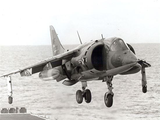 F-35 개발 이전 수직이착륙기였던 AV-8 해리어 모습(사진=위키피디아)