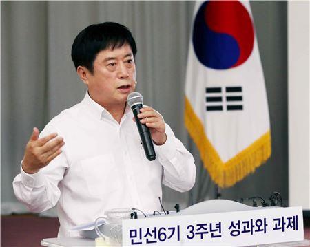 정찬민 용인시장이 민선6기 3주년 성과와 과제에 대해 설명하고 있다.