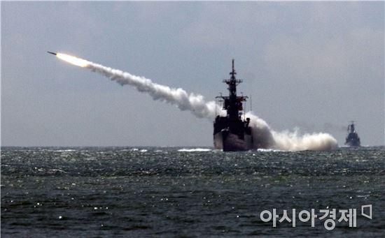 <h1>해군, 북핵대응 동·남해서 함포 실사격훈련</h1>