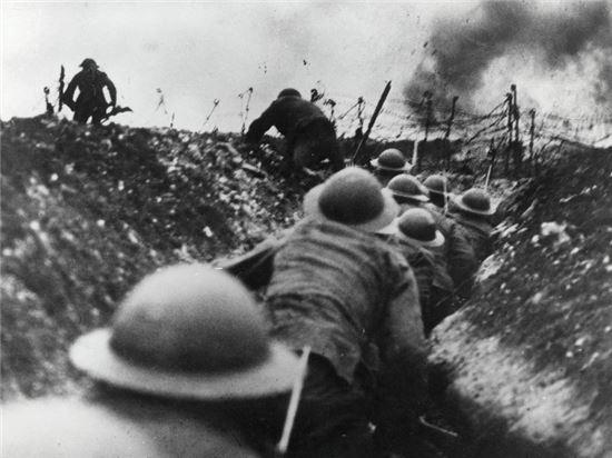 기관총, 대인지뢰, 철조망 등 방어를 위한 화기는 크게 증강됐으나 여전히 전쟁교리는 19세기에 머물었던 1차 세계대전 당시 수많은 병사들이 참호 속에서 죽어갔다(사진=위키피디아)
