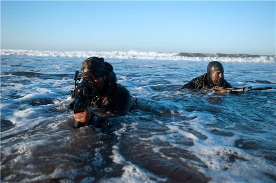 미 해군 네이비 실의 작전 수행. 네이비 실은 2011년 파키스탄에서 알카에다 지도자 오사마 빈 라덴 사살을 통해 참수작전을 성공적으로 이끈 바 있다. 사진 = Navy.mil