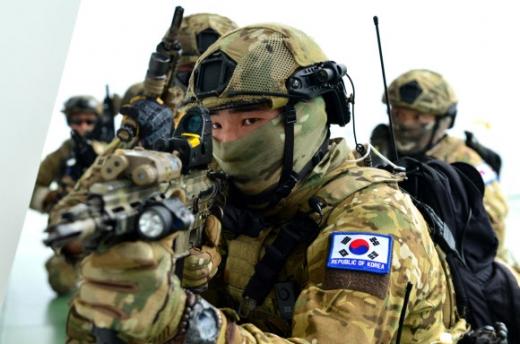 모의 선박 피랍 대응 훈련을 하고 있는 UDT/SEAL 요원. 사진 = 해군작전사령부