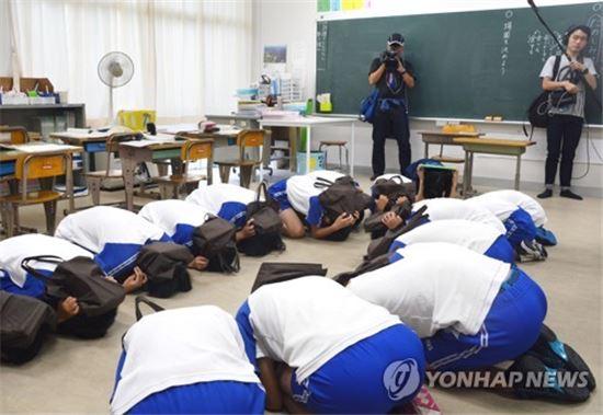 6일 시마네(島根)현 오키(隱岐)제도의 한 초등학교에서 북한 미사일 대피훈련을 실시 중이다.(사진=연합뉴스)