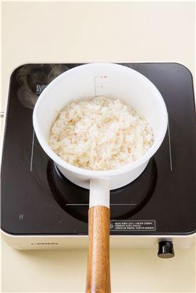 4. 뜸이 들면 밥과 무를 가볍게 섞고 분량의 양념장 재료를 섞어 곁들인다. (간장 2, 송송 썬 실파 2, 참기름 1, 깨소금 0.5)