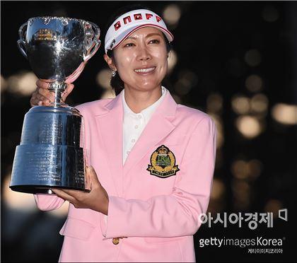 이지희가 LPGA챔피언십 우승 직후 트로피를 들고 환하게 웃고 있다. 이와테(일본)=Getty images/멀티비츠