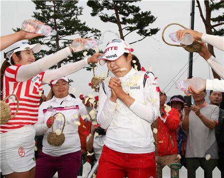 장수연이 KLPGA챔피언십 우승 직후 동료들의 축하 물세례를 받고 있다. 사진=KLPGA