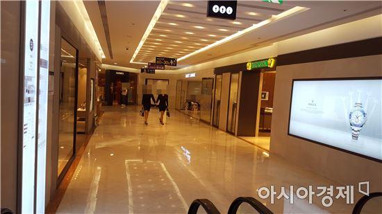 지난 주말 서울 광화문에 위치한 동화면세점 지하1층 럭셔리 잡화 매장.