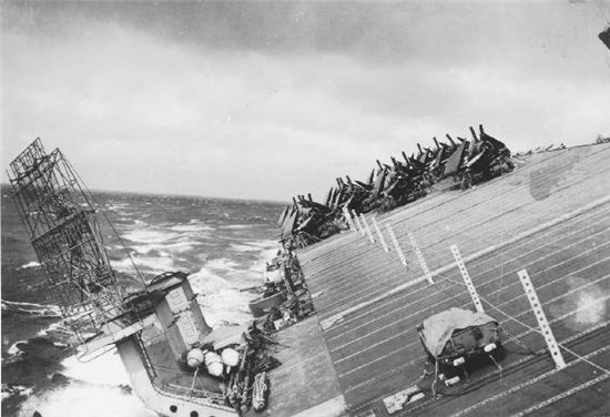 태풍 코브라와 정면으로 만나 기울어진 당시 미 38 기동함대 항모 모습(사진=위키피디아)