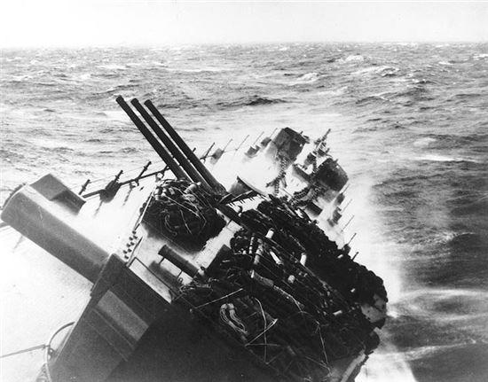 태풍 코브라 여파에 기울어진 전함(사진=위키피디아)