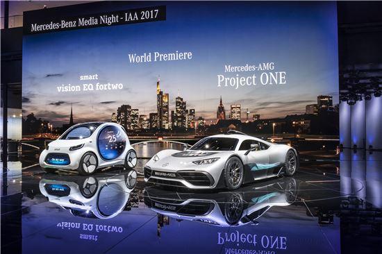 11일(현지시간) 열린 메르세데스-벤츠 미디어 나이트에서 공개된 '스마트 비전 EQ 포투'와 메르세데스-AMG의 '프로젝트 원'