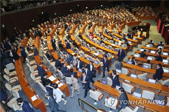 여야 의원들이 11일 오후 국회 본회의에서 김이수 헌법재판소장 임명동의안 표결을 위해 줄을 서 있다[이미지출처=연합뉴스]