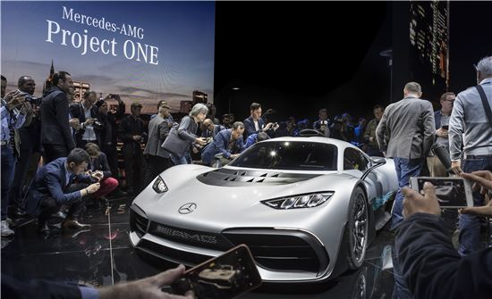 11일(현지시간) 프랑크푸르트 모터쇼 전야 행사로 열린 '메르세데스-벤츠 미디어 나이트'에서 기자들이 이날 공개된 메르세데스-AMG 프로젝트 원을 살펴보고 있다.