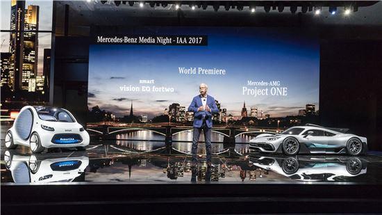 11일(현지시간) 프랑크푸르트 모터쇼 전야 행사로 열린 '메르세데스-벤츠 미디어 나이트'에서 디터 제체 다임러그룹 회장이 '스마트 비전 EQ 포투'와 '메르세데스-AMG 프로젝트 원'을 소개하고 있다.