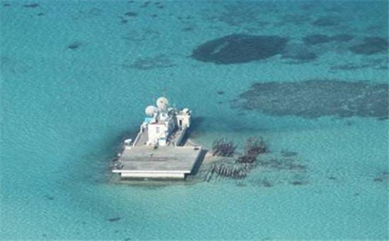 중국이 해양영토 선포를 목적으로 남중국해 일대 만들고 있는 인공섬 중 일부 모습.(사진=위키피디아)