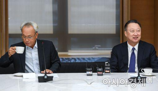 [포토]문성현 노사정위원장과 면담하는 박용만 회장