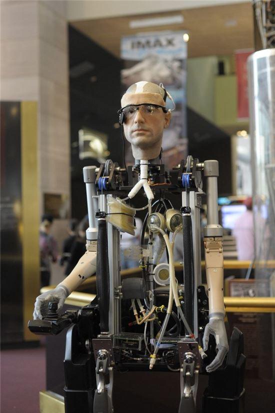 2013년 2월 영국 런던 과학박물관에서 공개된 인조인간 '렉스'의 모습. 렉스는 전 세계 연구실에서 각각 생체공학 기관을 제공하고 영국기업이 조립을 맡은 로봇으로 제작에만 총 100만 달러가 투입됐다. 사진 = Rex Bionics
