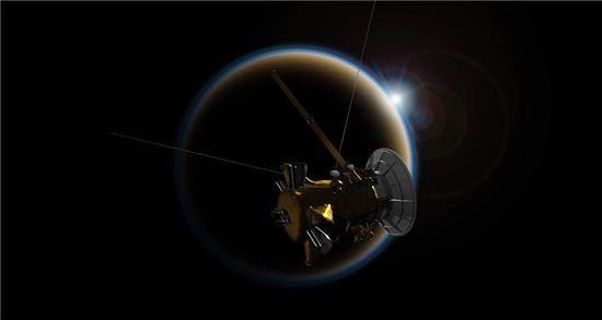 ▲카시니 호가 13년 동안의 임무를 마치고 오는 15일 토성과 충돌한다. 11일 카시니 호가 타이탄에 마지막으로 근접 비행에 나섰다.[사진제공=NASA]