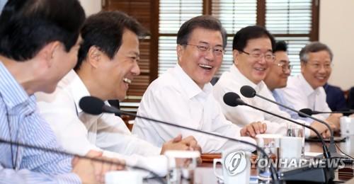 문재인 대통령이 11일 오후 청와대 여민관에서 열린 수석보좌관회의에서 참석자들과 얘기를 나누며 웃고 있다.(사진=연합뉴스)
