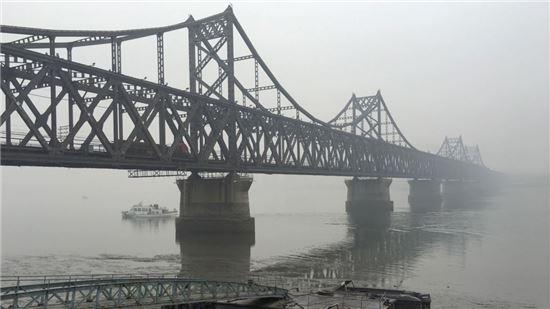 중국 단둥과 북한 신의주를 연결하는 압록강 철교. 사진 = 연합뉴스/AP