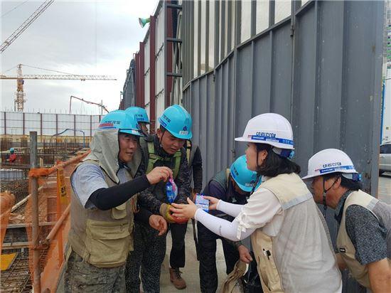 폭염이 한창이던 지난 7월 'e편한세상 시티 한강신도시' 현장에서 대림산업 직원들이 현장 협력업체 근로자들에게 아이스크림을 제공하고 있다.
