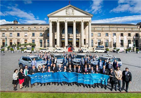 쌍용자동차 대리점 관계자들이 지난 11일 G4 렉스턴 유라시아 대륙 횡단팀이 도착한 독일 비스바덴에서 함께 기념촬영을 하고 있다.