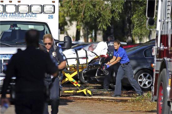13일(현지시간) 미 플로리다주 할리우드시에 위치한 요양원의 전기가 끊기며 온도가 급격히 오르자 환자들을 긴급 대피시키고 있다.