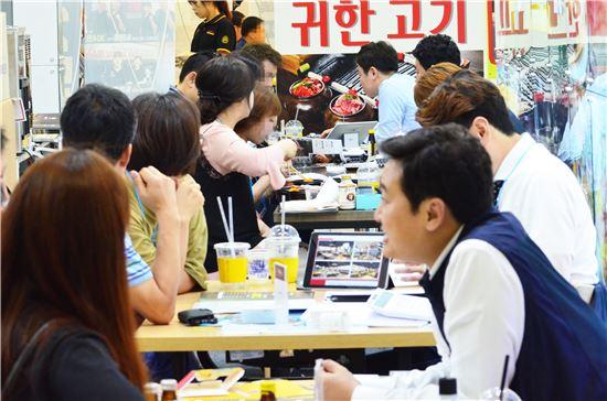 6월 제40회 부산프랜차이즈산업박람회에서 창업 상담을 받고 있는 예비 창업자들
