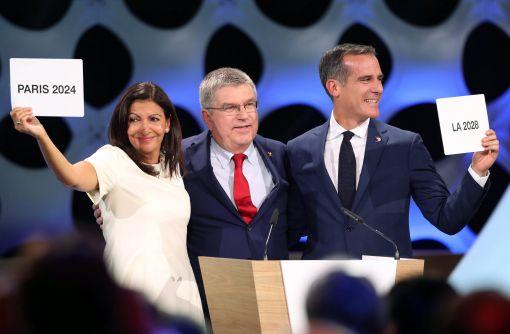 [이미지출처=EPA연합뉴스]13일(현지시간) 페루 리마에서 열린 국제올림픽위원회(IOC) 총회에서 올림픽 유치를 확정한 안 이달고 파리 시장(왼쪽), 에릭 가세티 LA 시장(오른쪽)이 토마스 바흐 IOC 위원장(가운데)과 함께 기념사진을 찍고 있다.