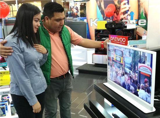 과테말라 가전양판점 '맥스(MAX)' 에서 동부대우전자 인테리어TV '허그(Hug)' 를 구경하고 있는 현지 소비자 모습.