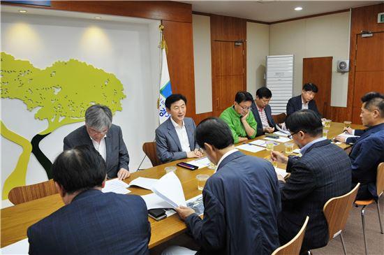 김동근 경기도 행정2부지사가 구리포천 고속도로 현안회의를 주재하고 있다.