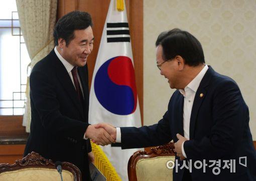 [포토]악수 나누는 이낙연·김부겸