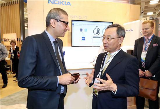 KT 황창규 회장이 MWC 아메리카 전시회장에서 노키아 라지브 수리(Rajeev Suri) CEO와 담소를 나누고 있다.