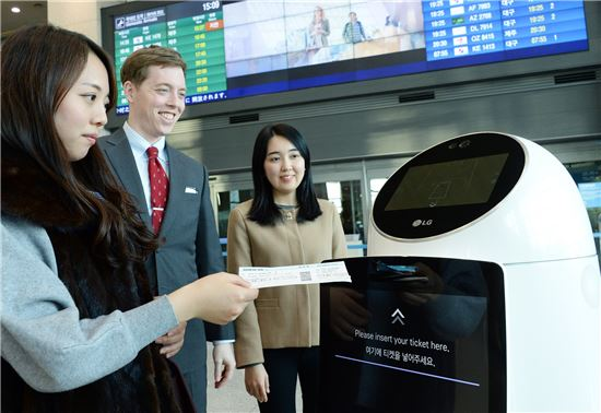 인천국제공항에서 현재 시범 서비스를 진행 중인 LG전자 안내로봇