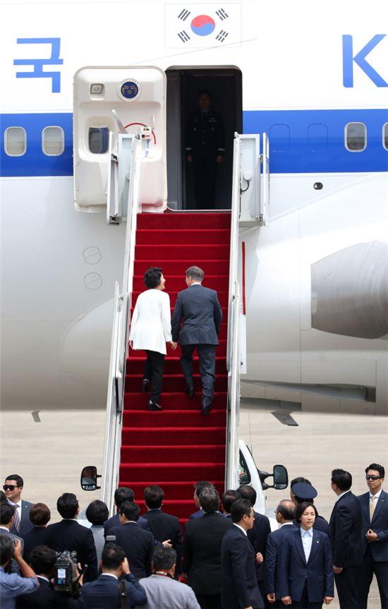 문재인 대통령이 지난 6월28일 성남 서울공항에서 취임 후 첫 해외순방지인 미국으로 향하기 위해 전용기에 오르고 있다.[사진=청와대]