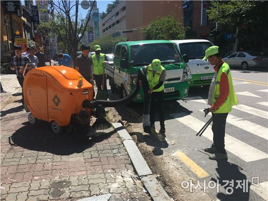 광주광역시 서구(청장 임우진)가 쾌적한 도시환경을 조성하기 위해 선진 로봇형 노면청소기를 도입한다.