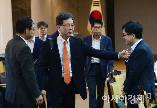 [포토]회의장 들어서는 김현종 통상교섭본부장