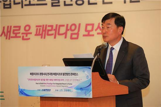 14일 서울롯데호텔에서 열린 콘퍼런스에서 김경중 강원랜드 부사장이 기조연설을 하고 있다.