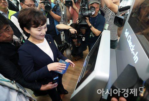 [포토]셀프체크인 체험하는 김현미 장관