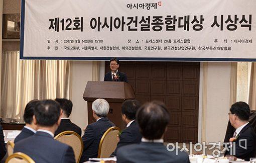 손병석 국토교통부 제1차관이 14일 한국프레스센터에서 열린 제12회 아시아건설종합대상 시상식에서 축사를 하고 있다.