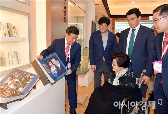 윤장현 광주광역시장, 이희호 여사와 김대중홀 전시관 방문