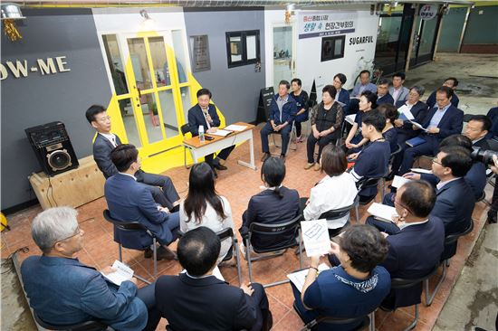 김우영 은평구청장이 현장속 간부회의를 주재하고 있다.