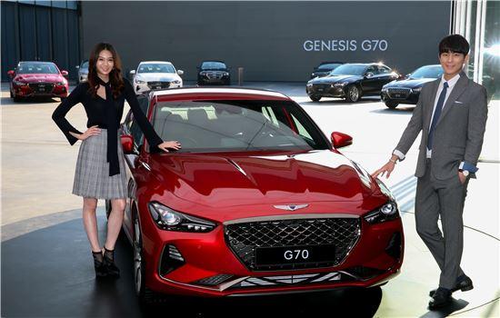 제네시스 모델들이 G70를 소개하고 있다.