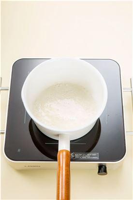 2. 분량의 시럽 재료를 냄비에 넣고 설탕이 녹도록 보글보글 거품이 나게 끓인다. (물엿 6, 설탕 4, 물 1, 버터 0.5)