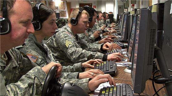 군사 프로그램을 활용하고 있는 미군 정보부대 모습. 사진 = U.S. Army