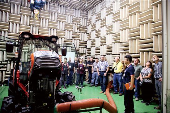 대동공업의 '북미 우수 딜러 패밀리 데이'에 참석한 농기계 카이오티 브랜드 우수 대리점 딜러들이 연구소에서 트랙터 소음 테스트 과정을 지켜보고 있다.